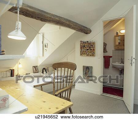 Simple Table Et Chaise Dans Adolescent Blanc Grenier Chambre à Coucher à Petit Ensuite Salle Bains Banque D Image