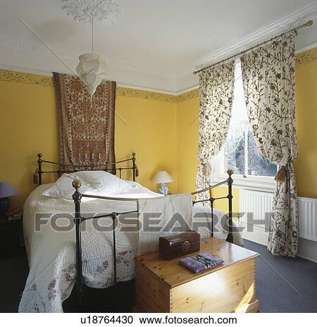 Stock Fotografie - tapestry, boven, ijzer, bed, met, witte, linnen ...