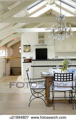Vetro, candeliere, sopra, tavola, con, metallo, sedie, in, moderno, bianco,  cucina, sala da pranzo, in, convertito, costiero, boathouse Archivio ...