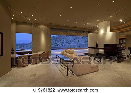 Ansicht, von, wohnzimmer, mit, groß, fenster, in, luxus, haus Stock Bild