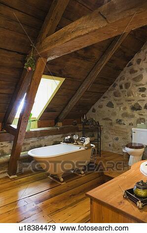 banque de photographies salle bains sur les haut plancher de une vieux canadiana. Black Bedroom Furniture Sets. Home Design Ideas
