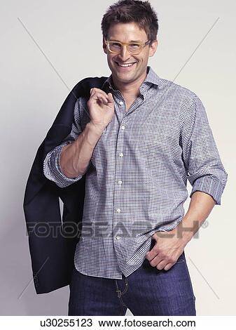 newest a2ee3 8ddb8 Fashionably, vestito, uomo sorridente, in, suo, anni trenta, il portare,  jeans, e, uno, camicia, presa a terra, uno, giacca, sopra, suo, spalla ...