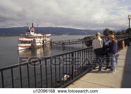Columbia River, Cascade Locks, Columbia River Gorge, Oregon, paddle  wheeler, People waiting to board the Sternwheeler Columbia Gorge a tourboat  docked