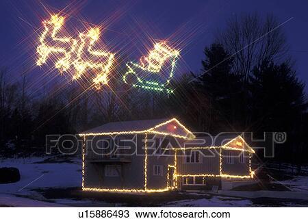 stock foto xmas display decoraties vermont woning verfraaide met christmas lights en rendier het trekken arreslee met santa claus verlicht