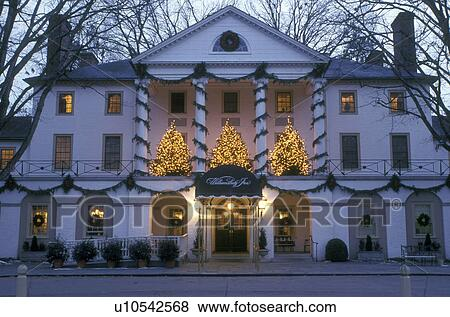 Colonial Williamsburg Christmas.Inn Colonial Williamsburg Virginia Va Williamsburg Christmas Decorations Outside Williamsburg Inn In The Evening Stock Photo