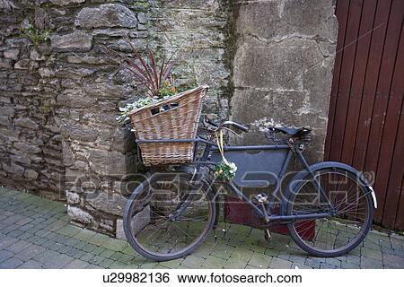 stock bilder altes fahrrad mit korb und blumen. Black Bedroom Furniture Sets. Home Design Ideas