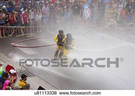 Hombres amarillo slickers ouray 4 y anual waterfight firehoses co julio vestido en en tener bomberos TwF4w