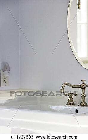 https://fscomps.fotosearch.com/compc/UNW/UNW246/elegant-badkamer-met-ouderwetse-stock-foto__u11737603.jpg