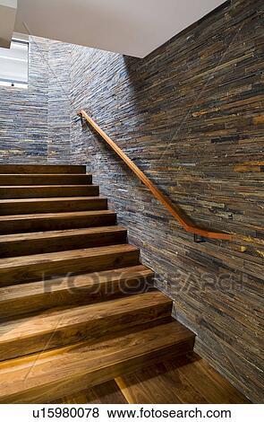 Bois dur, escalier, à, pierre, carreau, mur Banque de Photo ...