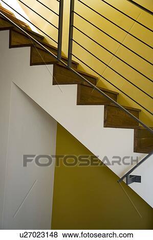 Détail, de, moderne, bois dur, cage escalier, et, jaune, mur Banque de Photo