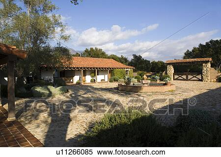 Archivio immagini esterno di stile spagnolo casa e for Camino esterno in stile spagnolo