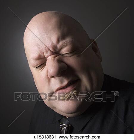 الرجل الأصلع أحول العينين أيضا عمل التعبير الوجهي ألبوم الصور U15818631 Fotosearch