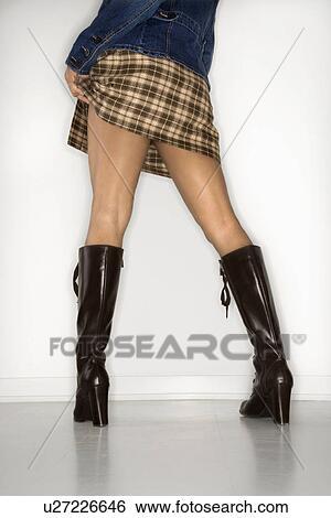 7458305441106d Vue postérieure, de, femme, intérieur, porter, courte jupe, et, cuir,  bottes Banque de Photographies