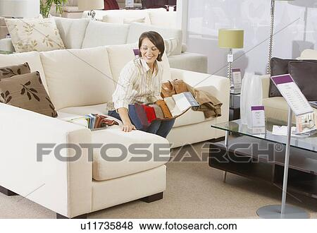 frau sitzen auf sofa in mobel store