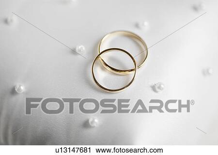 Zwei Goldene Hochzeit Ringe Auf Kissen Stock Fotografie