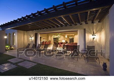 Stock fotografie terras met ligstoel buiten modern gebouw