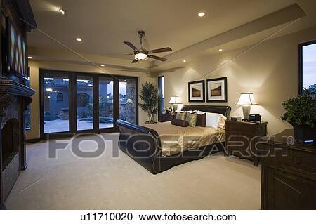 Stock Fotografie - donker, hout, meubel, in, slaapkamer, met ...