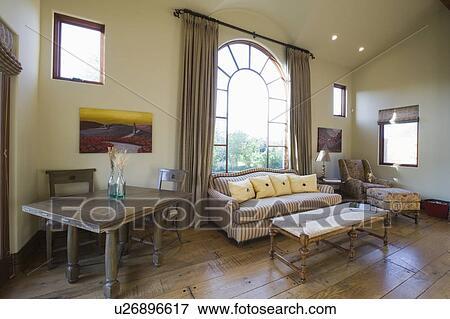 Immagine finestra arcuata e divano in soggiorno con alto
