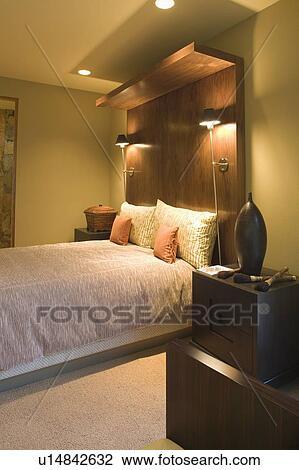Archivio Fotografico - letto matrimoniale, con, enorme, legno ...