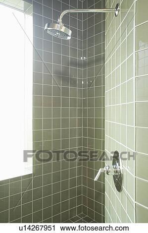 Fliesenmuster Dusche stock fotografie muted grün fliesenmuster in dusche zimmer