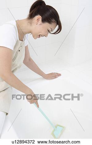 Colección de foto - mujer, hacer, cuarto de baño, limpieza u12894372 ...