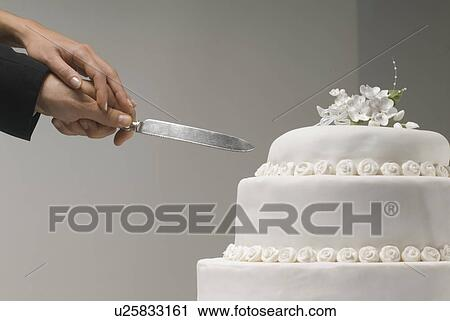 Stock Fotografie Teilausschnitt Von Couple S Hande Schneiden