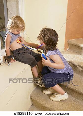 Kleine Mädchen Spielender Arzt Stock Bild U18299110 Fotosearch