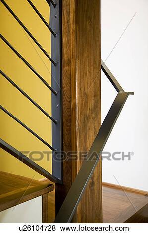 Détail, de, moderne, bois dur, cage escalier, et, jaune, mur Banque ...