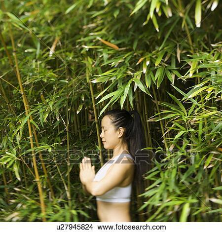 Stock Foto Frau In Gesundheit Kleidung Stehen In Joga