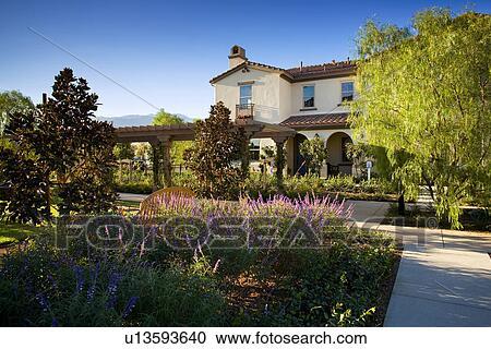 Extérieur, contemporain, style espagnol, maison, à, luxuriant, jardins  Banque d\'Image