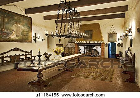 Lange Smalle Tafel : Stock afbeelding italiaanse eetkamer met lang smalle tafel