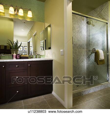 Archivio Fotografico - riscaldare, bagno, con, doccia, con, verde ...