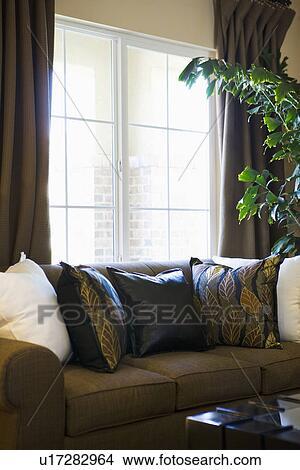 Stock Foto Braunes Sofa Vor Fenster U17282964 Suche