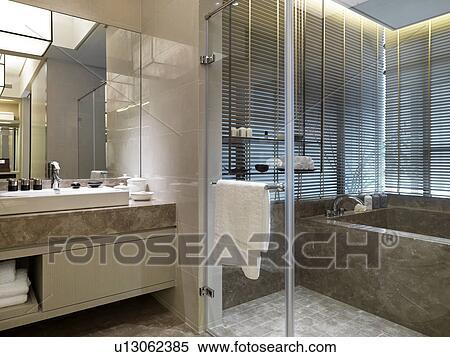 Archivio immagini moderno bagno con marmo vasca bagno