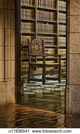 155740d6fcc5 Vista, por, puerta, a, madera, tallado, silla, delante de, armariopara  libros