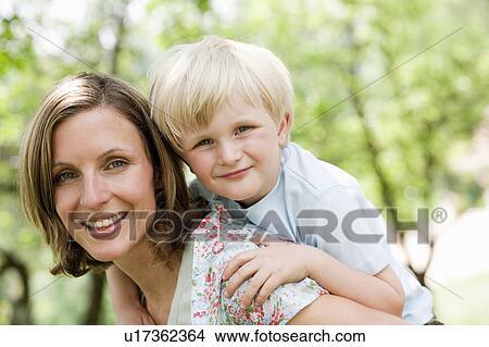 Mutter Reitet Sohn