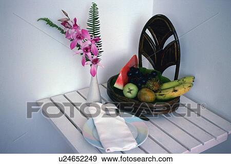 Stock Fotograf Fruchte Und A Blumengesteck Tisch Hohe