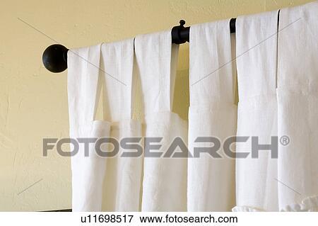 Beeld - witte, gordijnen, hangend, van, zwart gordijn, staaf ...