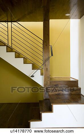 Moderne, cage escalier, à, murs jaunes Banque d\'Image
