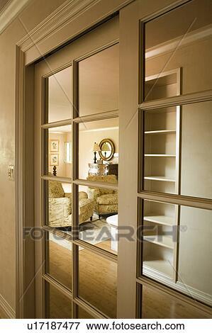 Wohnzimmer Tür, bild - gucken, tür, to, wohnzimmer u17187477 - suche stockfotografie, Design ideen