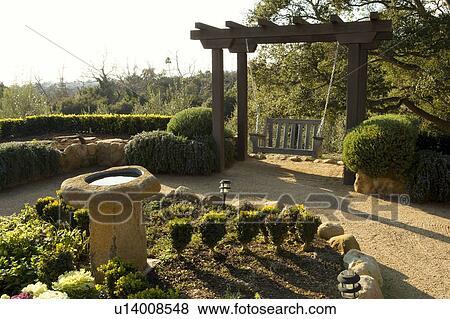 stile spagnolo, cortile, con, altalena, e, bagno uccello Visualizza ...