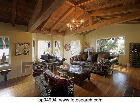 Stock Foto - cozy, rustiek, woonkamer, met, gewelfd, hout, plafond ...