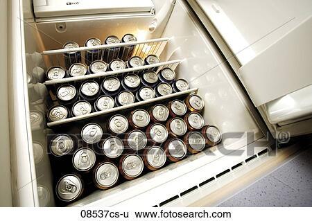 Kühlschrank Erfrischer : Stock bilder bier dosen in kühlschrank niedrige winkelsicht