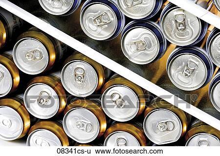 Kühlschrank Erfrischer : Stock bilder kühlschrank gefüllt mit dosen von bier cs