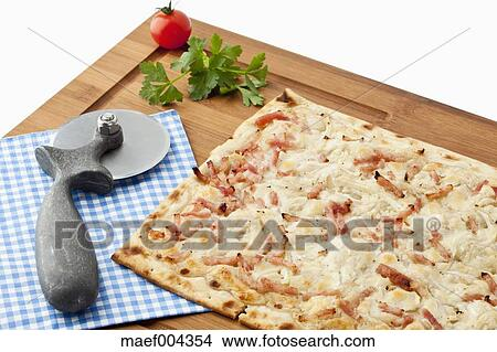 stock foto flammkuchen mit pizza scherblock auf holz brett maef004354 suche. Black Bedroom Furniture Sets. Home Design Ideas
