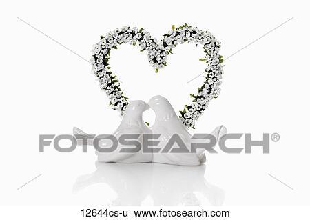 Stock Bilder Weisse Hochzeit Tauben Gegen Herz Von Blumen