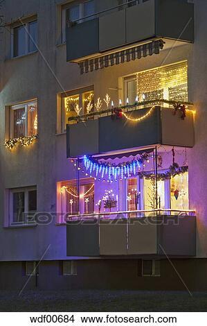 Weihnachtsbeleuchtung Für Balkongeländer.Deutschland Stuttgarter Wohnung Balkon Dekoriert Mit Weihnachtsbeleuchtung Bild