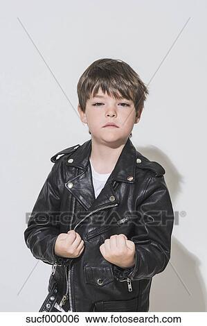 171fda1ff26 Porträt, von, klein, rocker, junge, mit, fäuste, tragen, lederjacke Stock  Fotograf