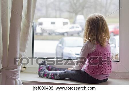 Fensterbank Zum Sitzen stock foto kleines mädchen sitzen auf fensterbank passend
