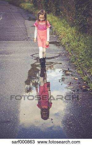 Stock Foto Kleines Mädchen Anschauen Sie Spiegelbild Auf A